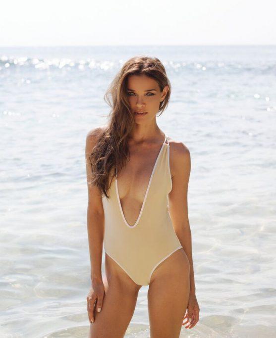 campaign_elegant_swimwear_details_neckline